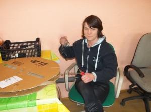 Praktykantka z Warsztatów Terapii Zajęciowej w Wągrowcu- przygotowuje szpule do cięcia